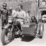 Bolondi e Curti con sidecar davanti alla porta del cannone Castello Sforzesco a Milano